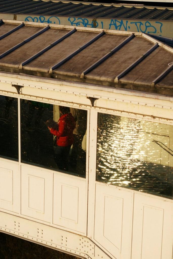 metro bastille reflet eau