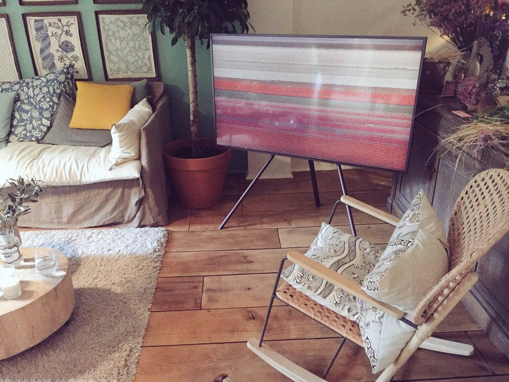 idée créative : Comment intégrer sa télé à la déco de son salon - samsung the frame - TV connecté oeuvre d'art my little paris maison d'ete